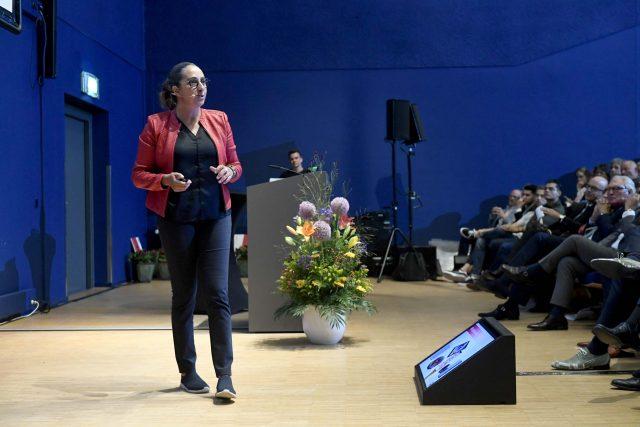 Zakia Guernina op het podium tijdens de jaaropening