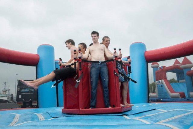 Studenten op een luchtkussen