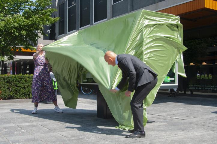 Annelijn en Bart Wijbenga onthullen een vitrine