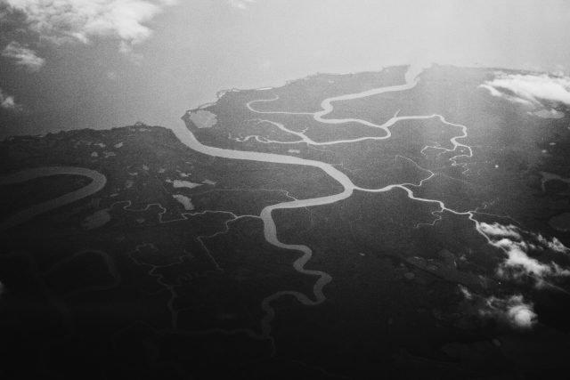 Zwartwit-luchtfoto van een deltagebied