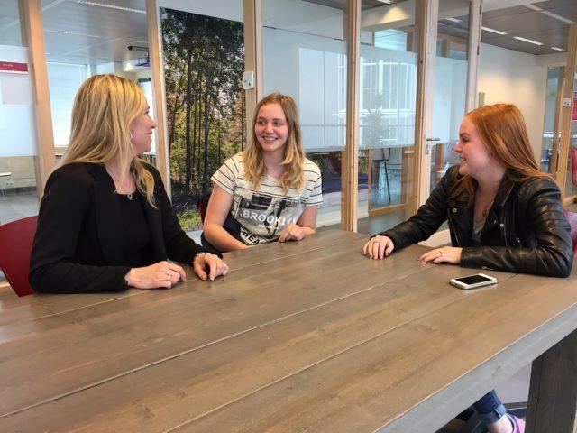 Foto van studenten aan tafel