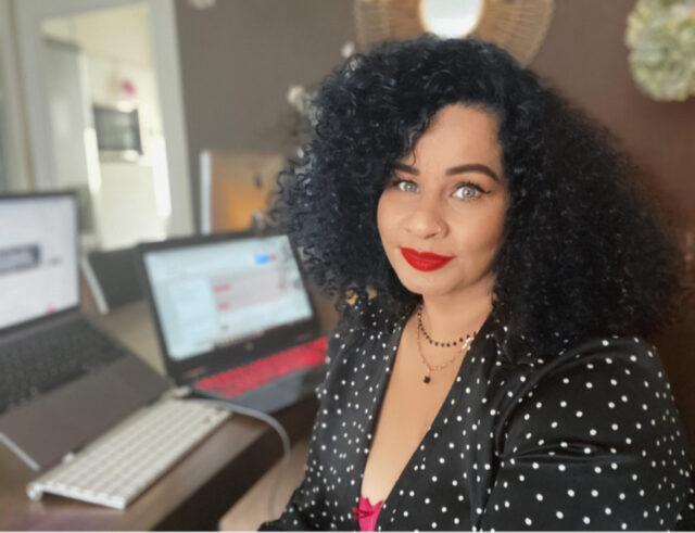 Portret Carla Auta op haar werkplek