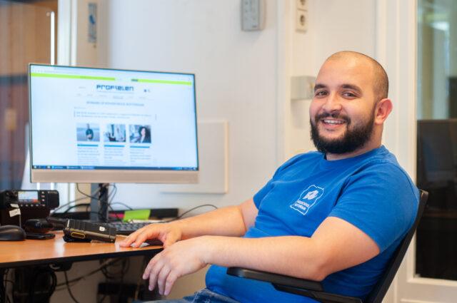 Mohamed achter zijn bureau