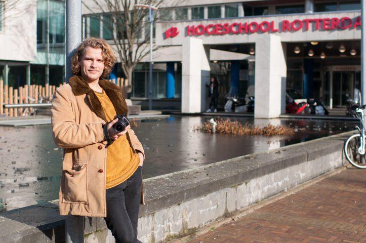 Foto Wietse Pottjewijd voor de ingang van de Hogeschool Rotterdam
