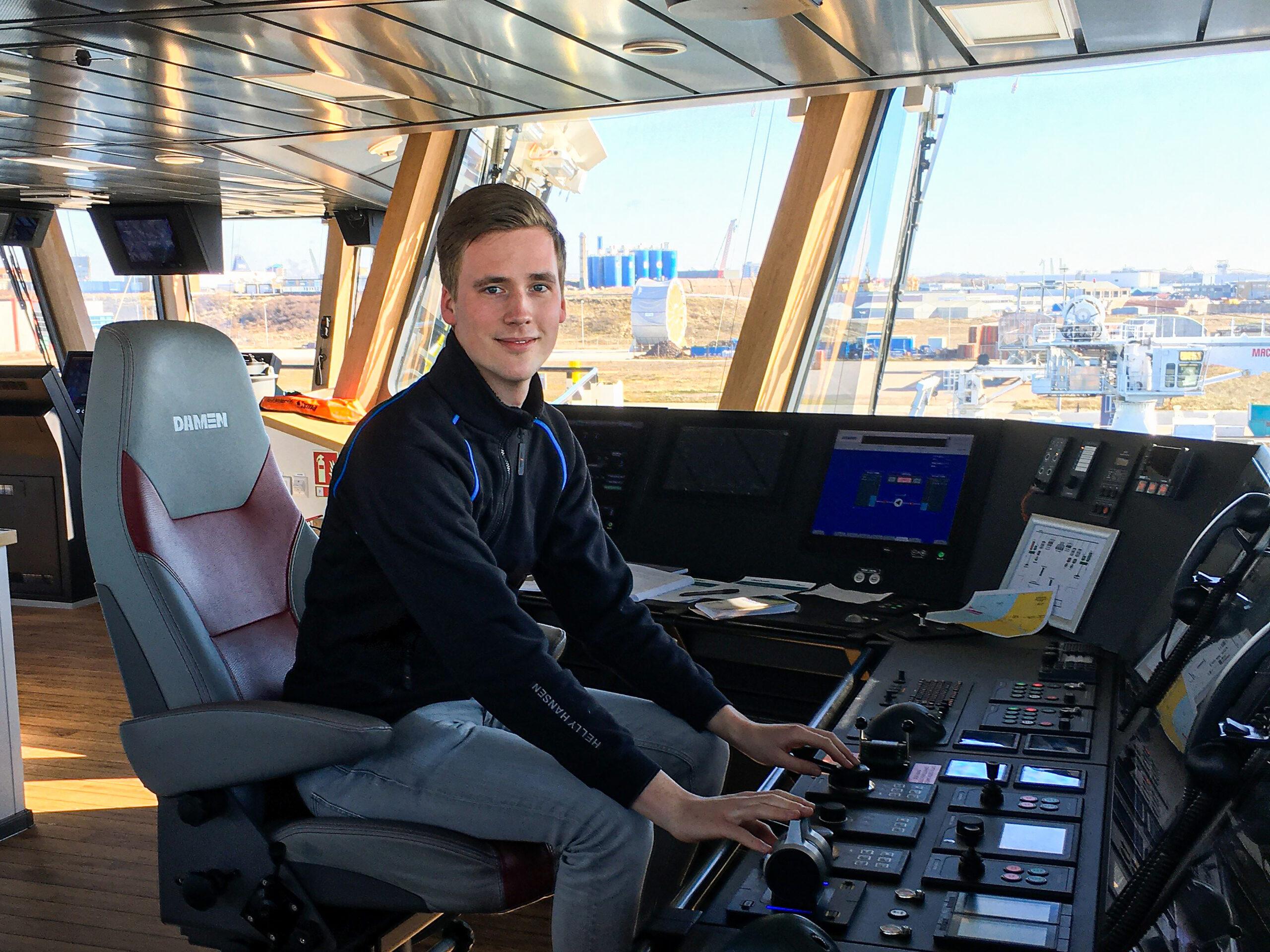 Portret van Patrick op de brug van een schip