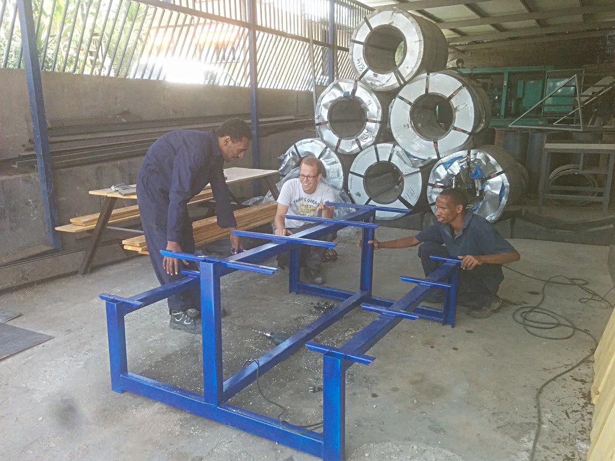 3 mannen aan het werk met metalen frame