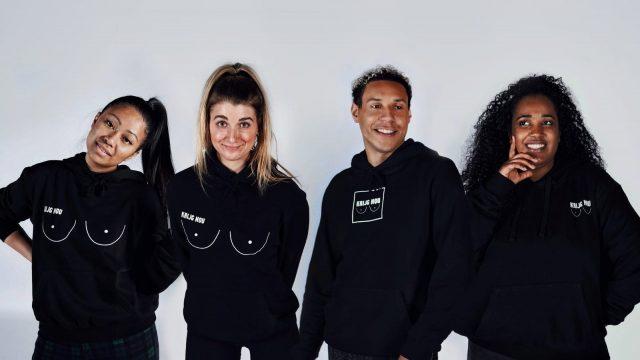 De vier studenten in hoodies met het krijg-nou-tietuh-logo