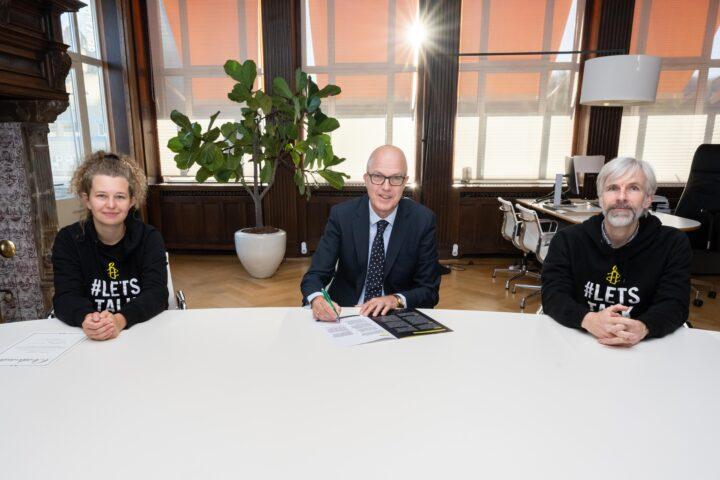 Bormans met twee Amnesty-medewerkers