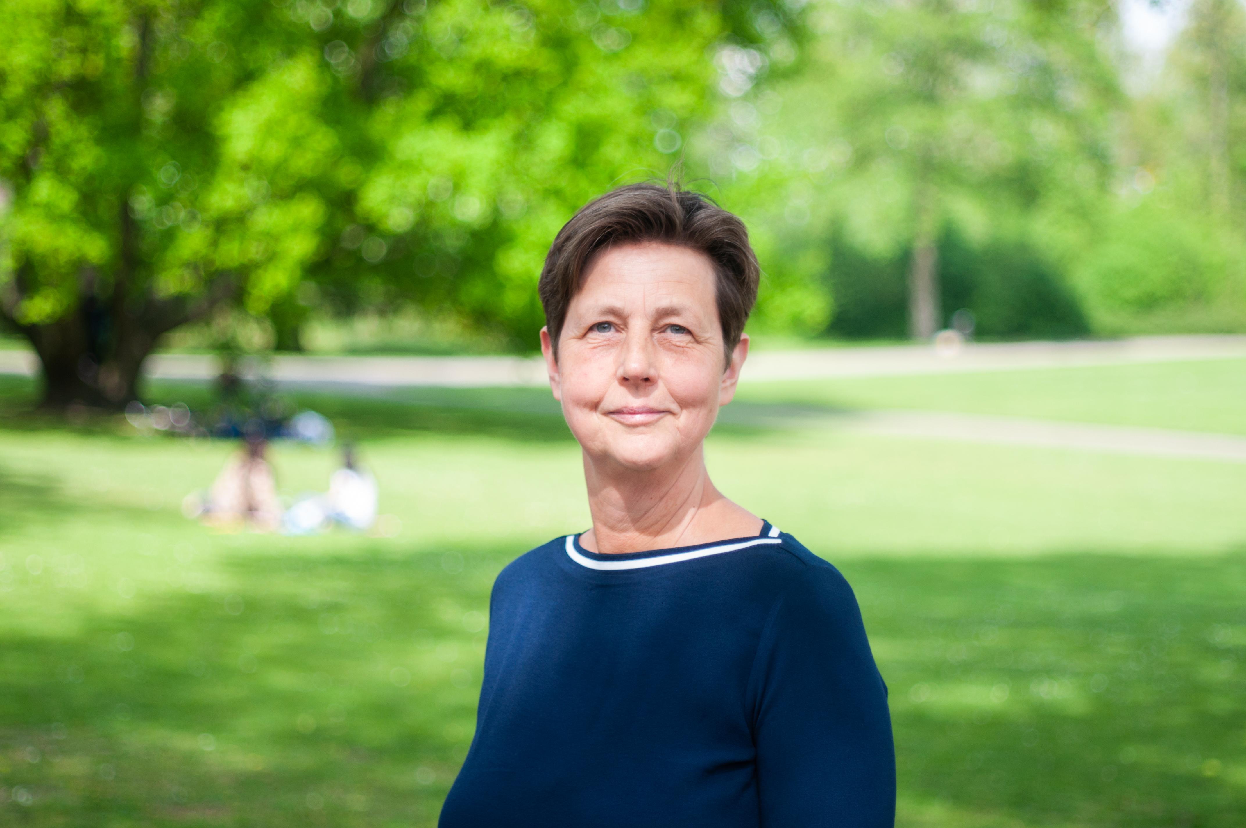Portret van Crista Hoekstra in het park
