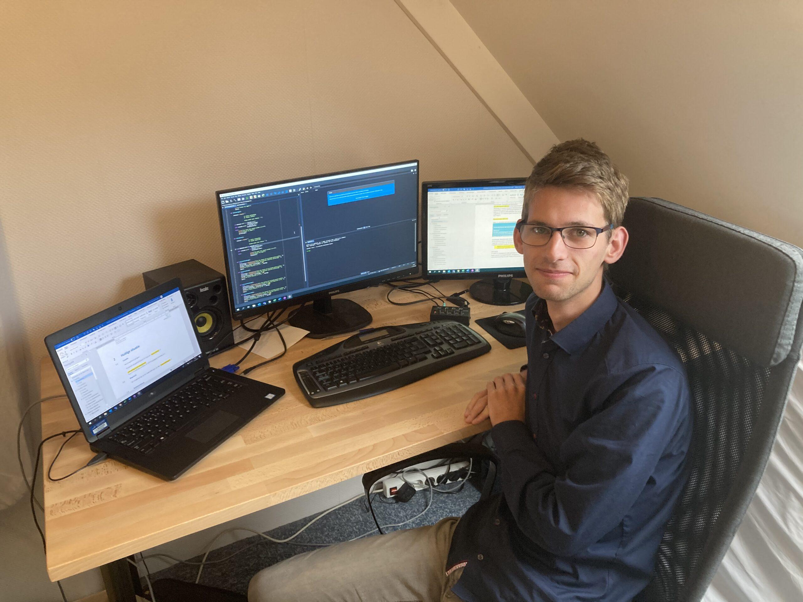 Jeroen Remmerswaal achter zijn computer