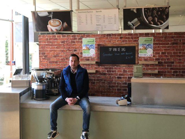 Marco van Leeuwen in de verlaten koffiebar van de Ladagerie.