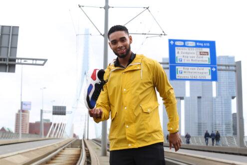 Wesley dos Santos met een sneaker van zijn eigen bedrijf.