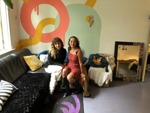 Foto van Amber Rahantoknam en Linda Stretton