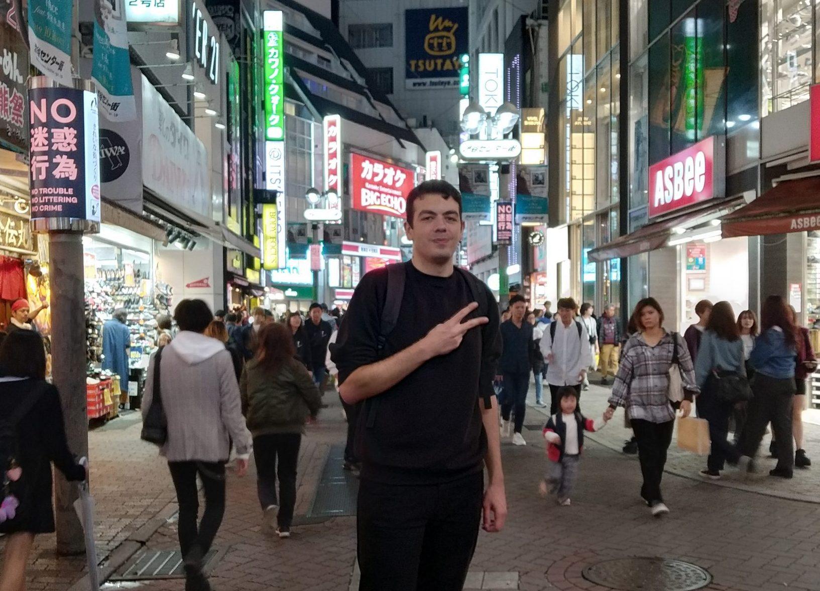 Tolga Tunc in een straat in Japan