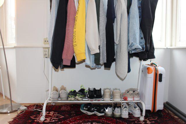 Kamers kijken Karlijn. Kledingrek met schoenen.
