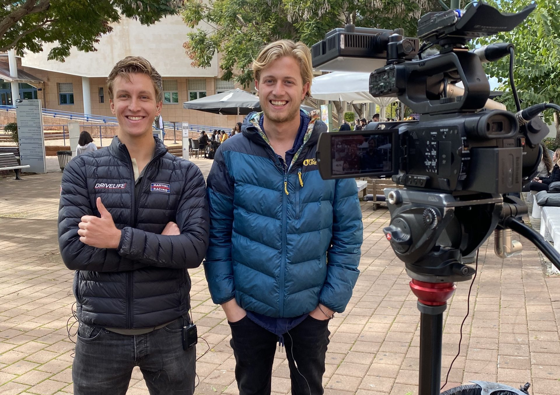 Julian en Wietse tijdens hun live interview op de Israëlische televisie.