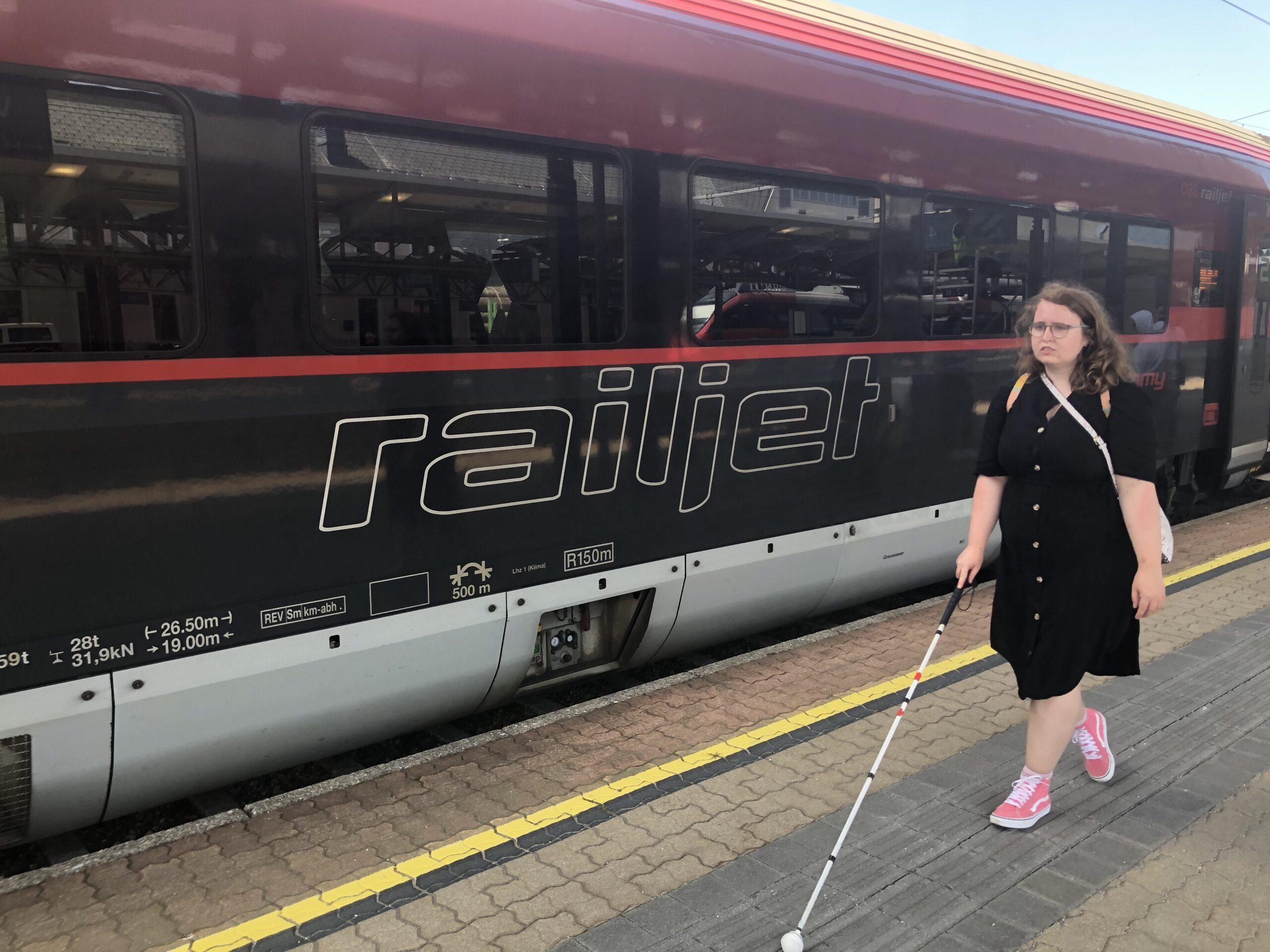 Foto van Jessica met haar taststok op het station
