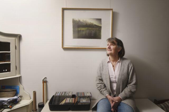Jos Mansvelt met een van de tekeningen van Barbara Helmer