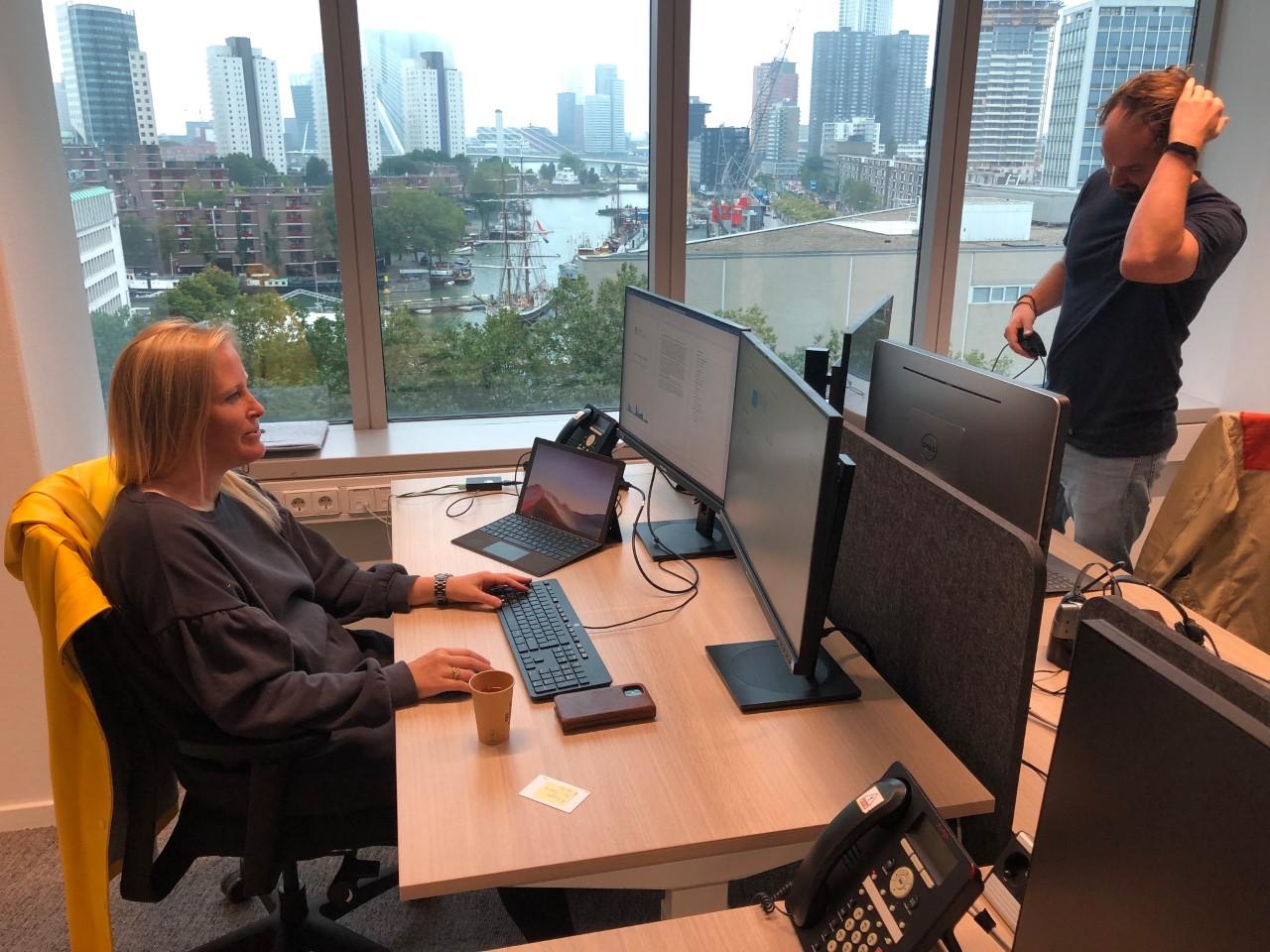 Freek tegen Renske: 'Je laptop aansluiten op je beeldscherm, hoe doe je dat?'