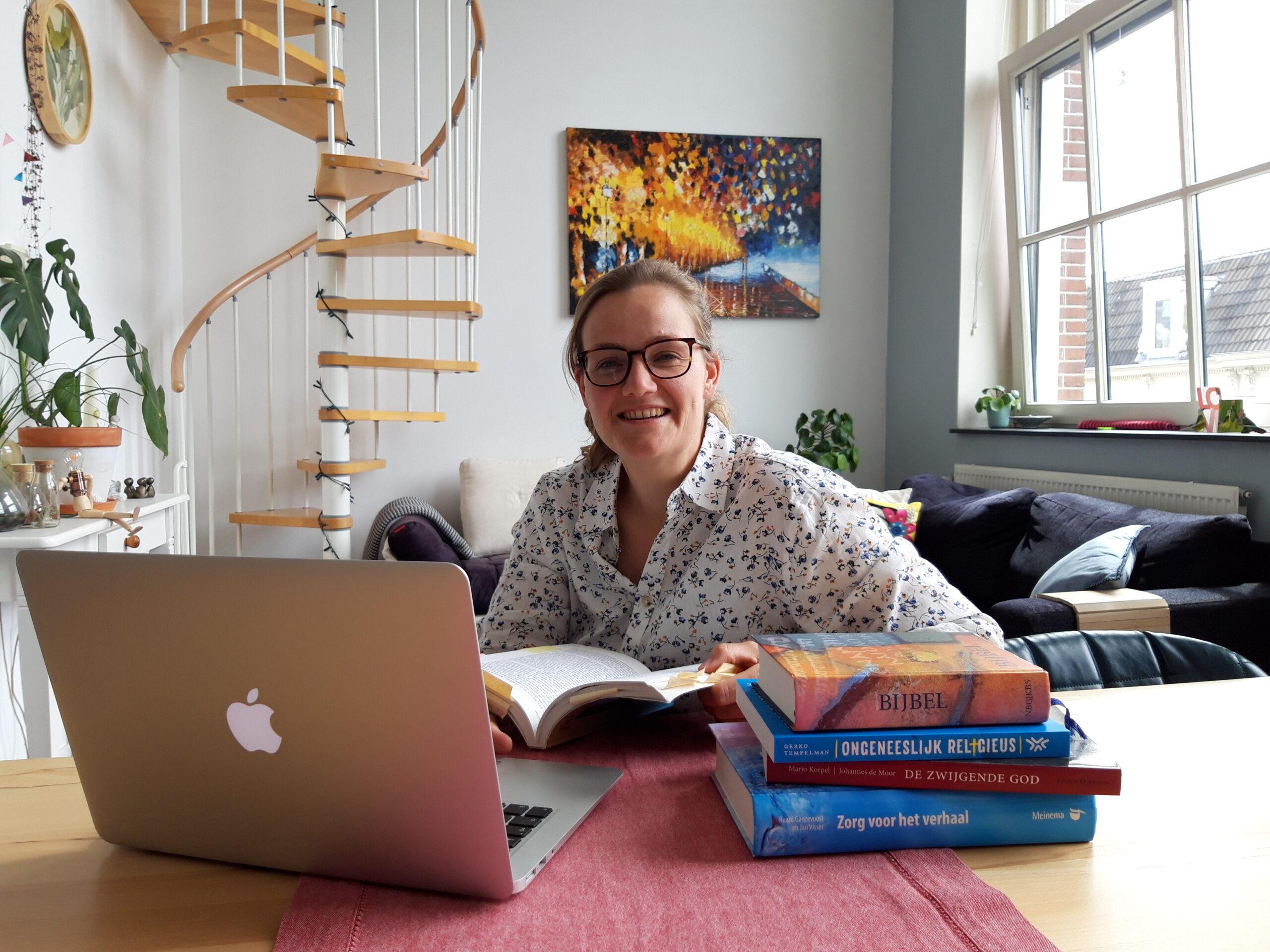 Portret Leonie van Staveren op harr thuiswerkplek