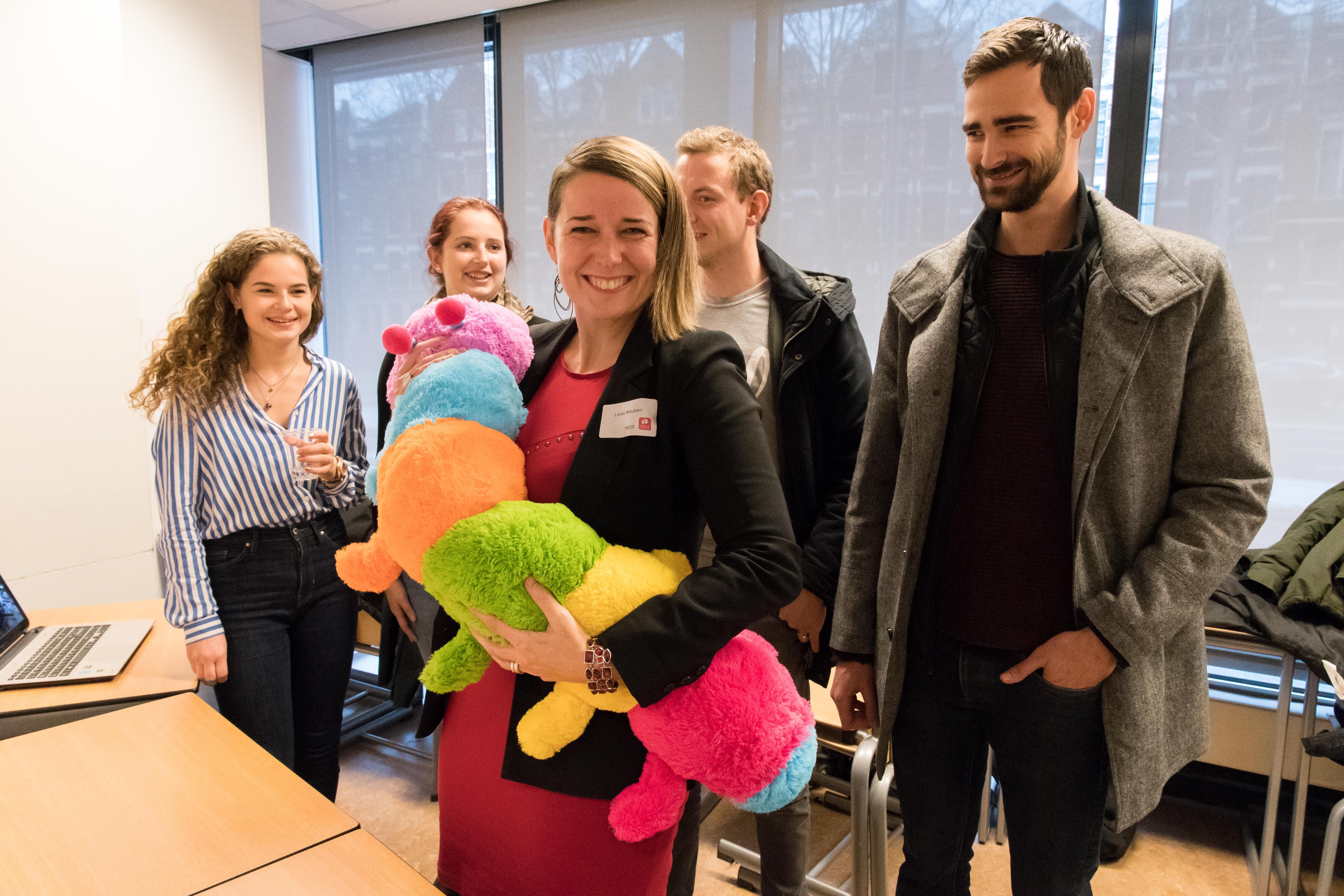 Linda Wauben tijdens een symposium met 'Robbie de Rups', een robot die fysiek beperkte kinderen stil wist te krijgen