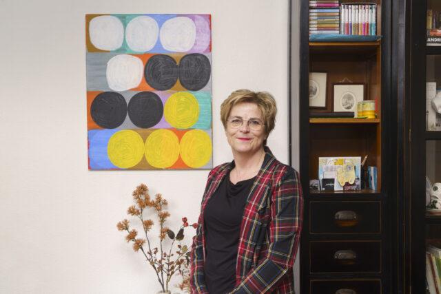 Marjolein Bakker met schilderij van Peter Dijkshoorn