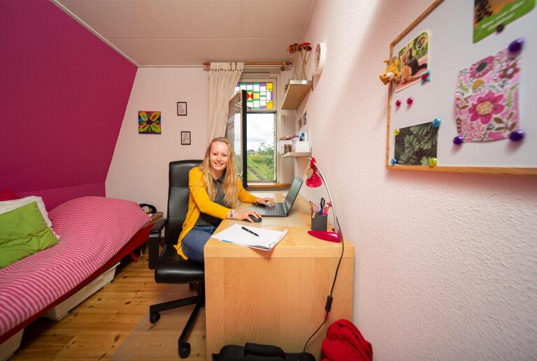 Nienke in haar kamer achter de laptop