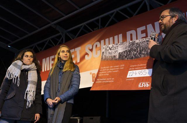 Tijdens het studentenprotest van afgelopen zaterdag overhandigden Britte Veltman en Amelia Zuidema hun petitie alvast aan Tweede Kamerlid Frank Futselaar. Foto: Sabina van Gils.