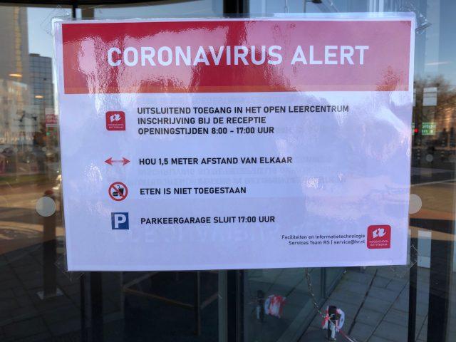 Coronavirus alert-bord met regels over afstandhouden etc.