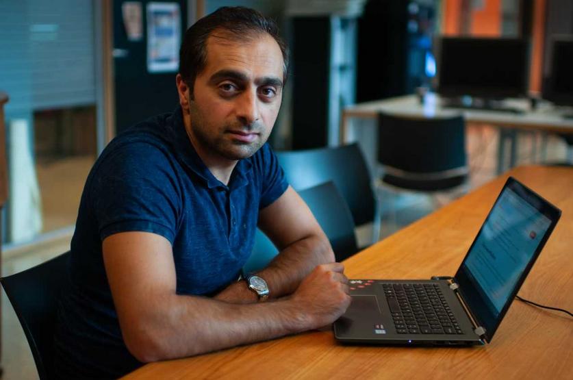 Foto van Aref achter zijn laptop