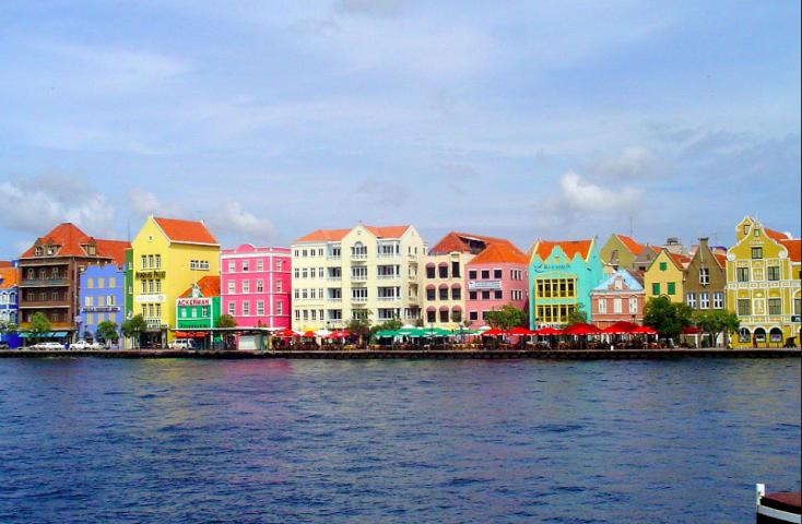 Foto van bontgekleurde huisjes op de Handelskade in Willemstad, Curacao