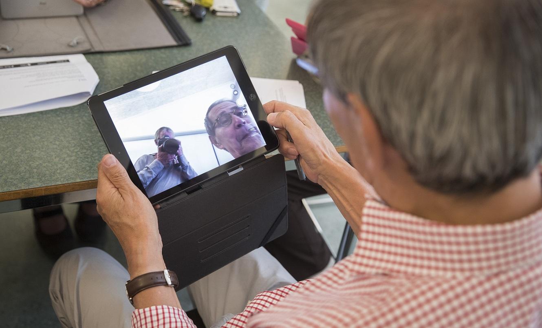 Tablet les aan senioren in Poortugaal door De Tablet Student. Foto: Levien Willemse