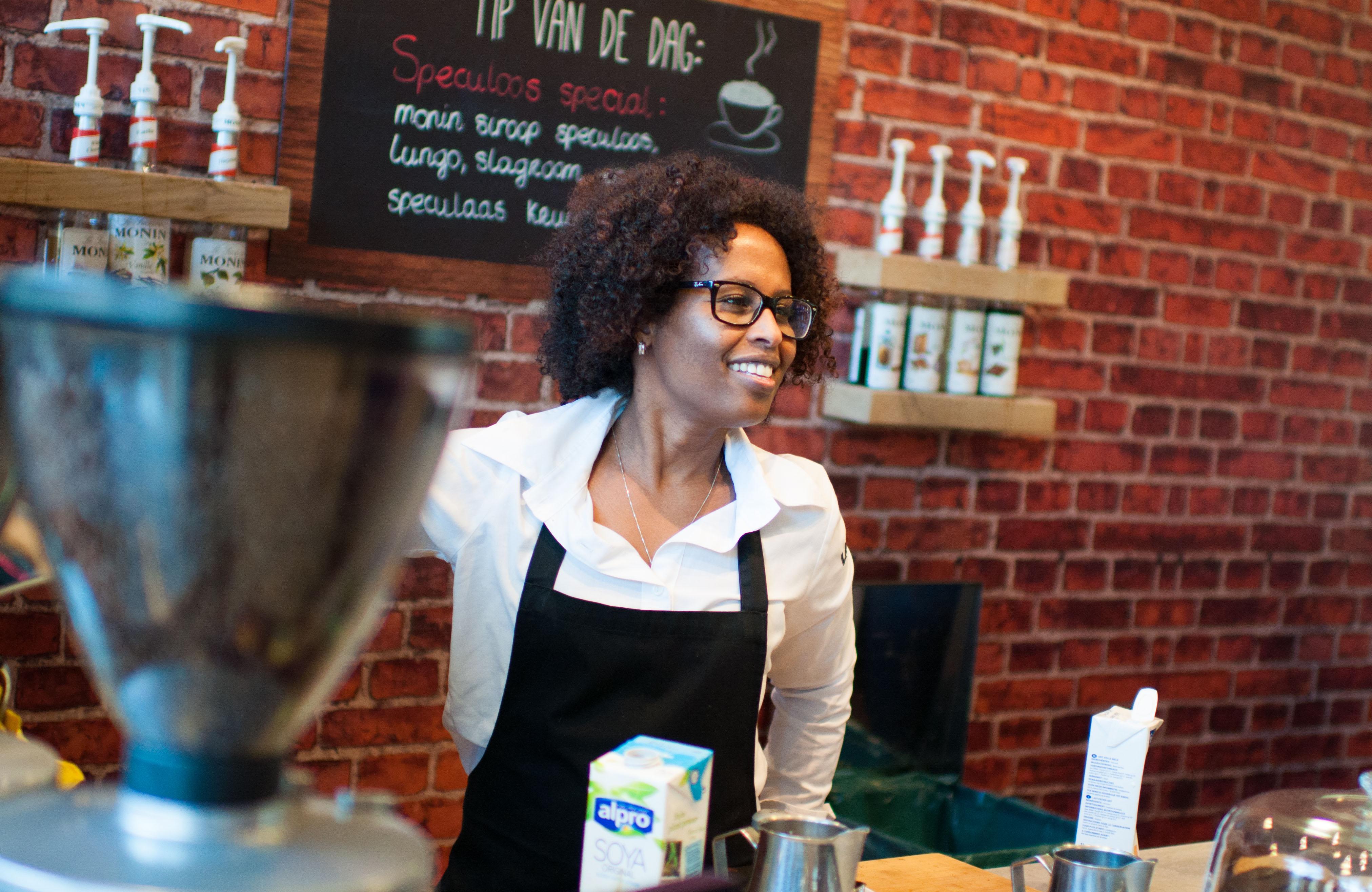 Portretje van Tsegish in haar koffiebar