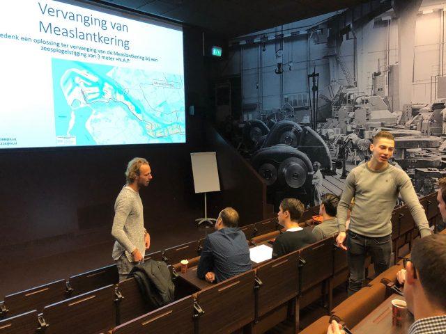 Afstudeerders Vincent van Liempd (links) en Thijs Oosterling in gesprek met de workshopdeelnemers