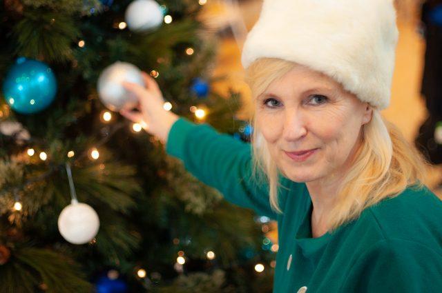 Foto van Zita Duson met een kerstmuts op