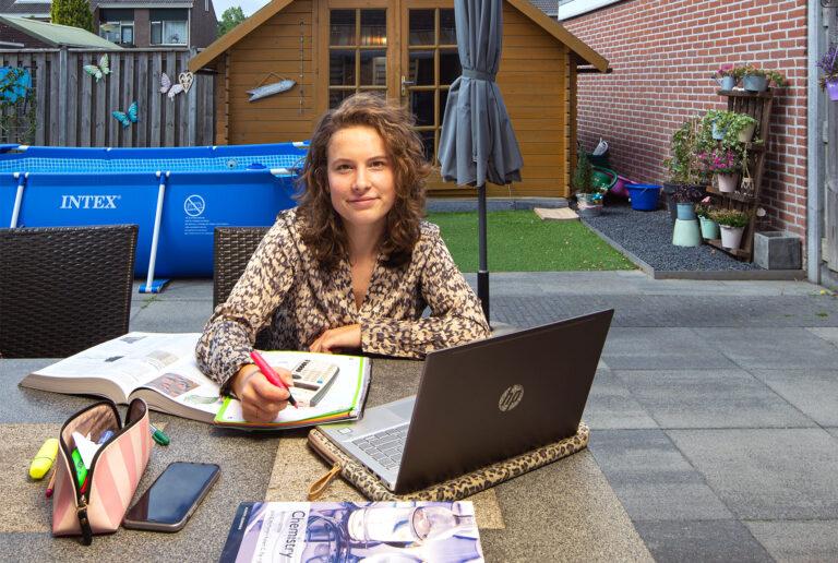 Zoe in haar tuin aan het studeren