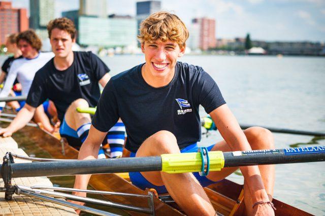 Foto van student Bart die lid is van roeivereniging SKADI in z'n roeiboot
