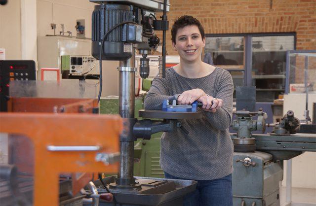 Portret van Laura van Pelt in haar werkplaats
