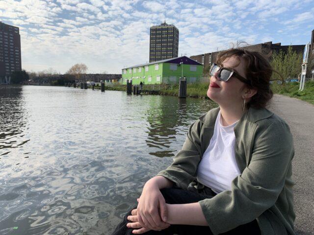 Doran van Nifterick zittend bij het water