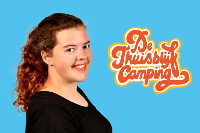 Foto van Aileen met het logo van de thuisblijfcamping