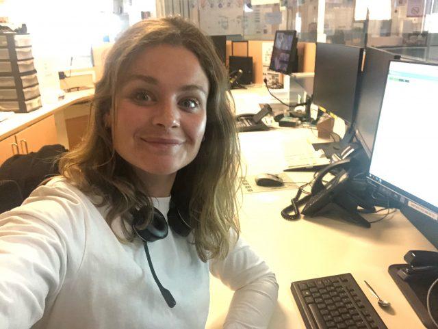 foto van Frances aan haar bureau