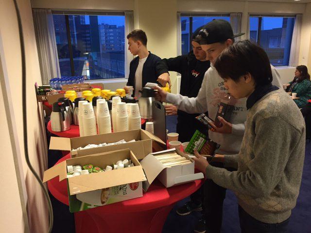 Studenten pakken gratis koffie en koeken