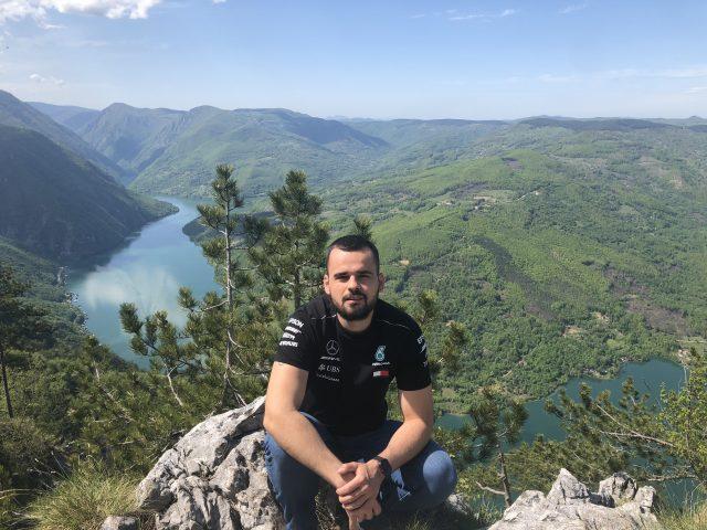 Nemanja met links Servië en rechts Bosnië. De landen worden gescheiden door de rivier Drina
