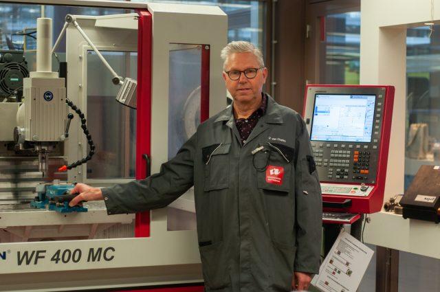 Peter van Oosten bij een machine