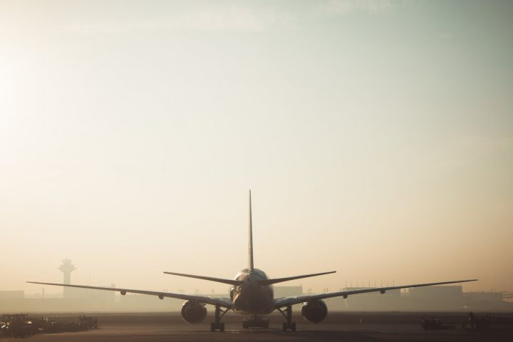 vliegtuig op de startbaan