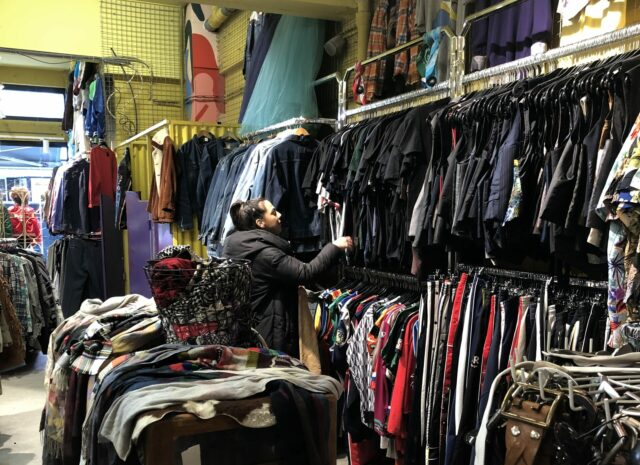 zoeken in vintage winkel